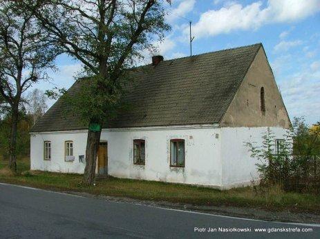 Zwany Kirchą budynek szkolny w Młodocinie