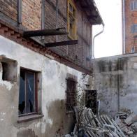 wąski budyneczek, który przetrwał wyburzania, widok od podwórka