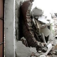 mur parceli podczas wyburzania