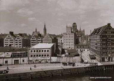 Wyspa Spichrzów widziana z budynku przy ulicy Szafarnia. Widać tory i obrotnicę do wagonów. Lata 30 XX wieku.