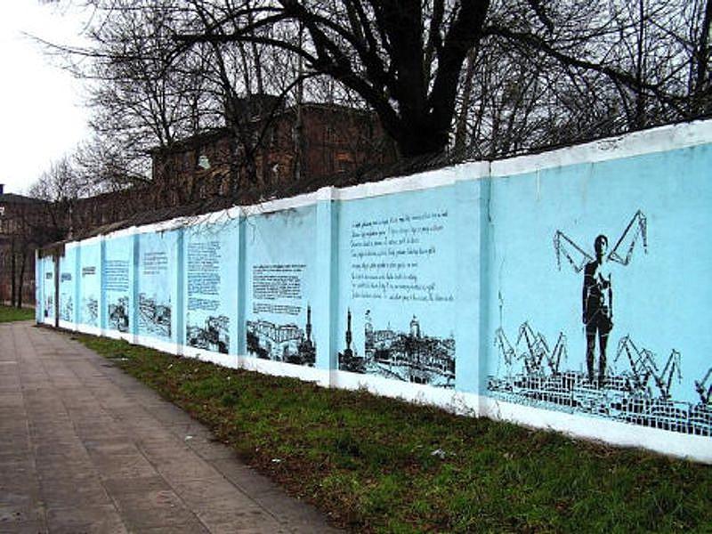 """Wspomnienia Stoczniowców na muralu """"Stocznia"""" Iwony Zając (2004) – fot. Roman Sebastyański"""
