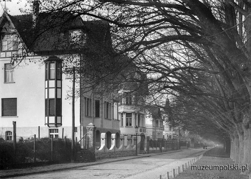 Aleja Zwycięstwa (Grosse Allee). Wiele kamienic i domów willowych od strony Traktu Konnego zachowało się do dzisiaj.