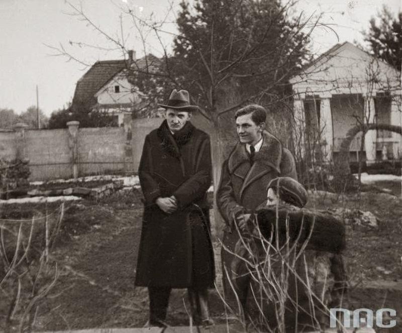 Przygotowania do wizji lokalnej w Brzuchowicach. Po prawej stoi Staś Zaremba.