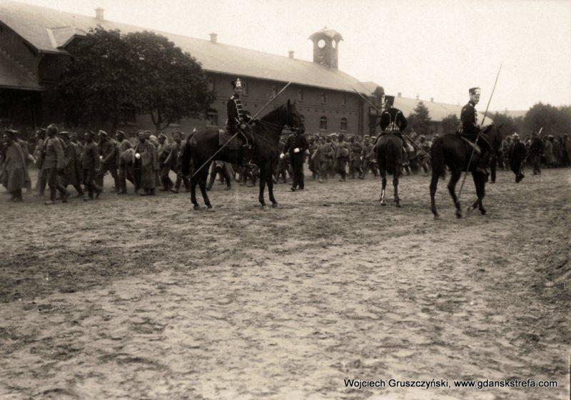 Huzarzy eskortujący rosyjskich jeńców na terenie koszar we Wrzeszczu w 1914r.