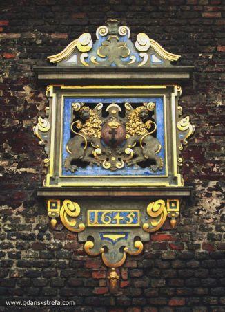 Herb miasta Gdańska, którym ozdobiono fasadę wschodnią.