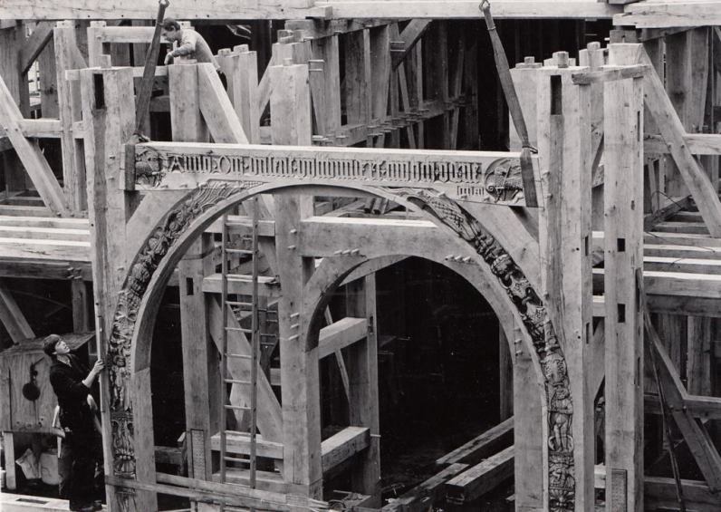 Rekonstrukcja drewnianego portalu Domu Cechu Rzeźników w roku 1988.