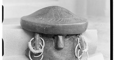 Fragment popielnicy twarzowej z pokrywą odkrytej w 1932 r. w Mierzynie (Archeoportal)