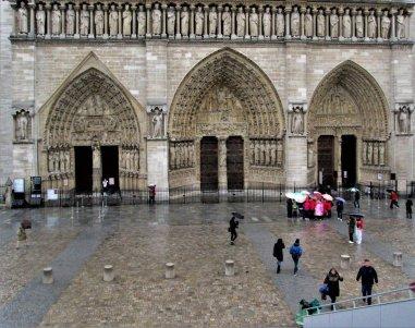 Notre Dame punkt zero na placu (dół zdjęcia)