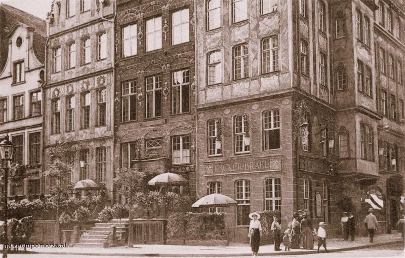 Przedproże widoczne na zdjęciu powstało zapewne ok. połowy XVIII w. Prowadzi ono do wnętrza popularnej restauracji.