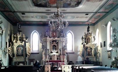 Wnętrze kościoła Bożego Ciała, ołtarz główny i dwa boczne.
