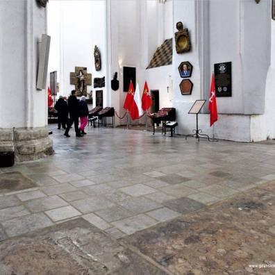 Nowa posadzka przed kaplicą św. Marcina, bez historycznego obramowania