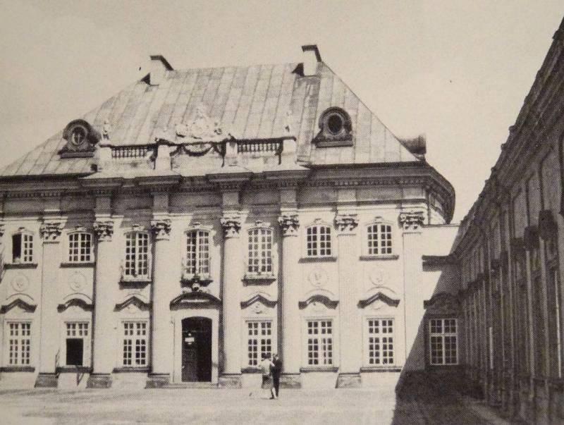 """Pałac pod Blachą w Warszawie, fasada zachodnia od strony dziedzińca. J. Kębłowski, """"Dzieje sztuki polskiej"""""""