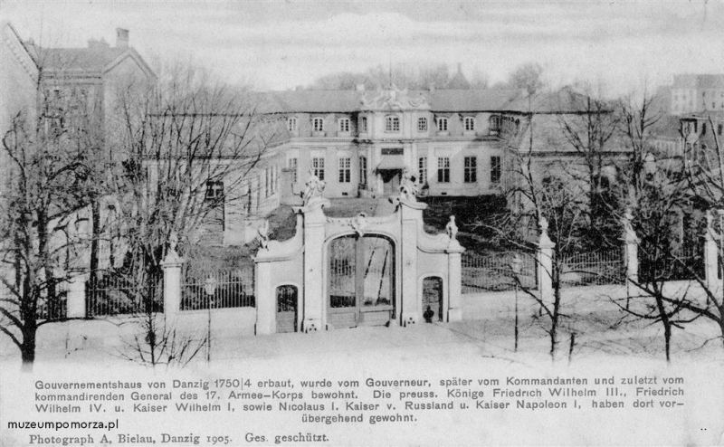 W roku 1760 ukończono budowę pałacu przy Długich Ogrodach, na zlecenie Jerzego Augusta Mniszcha, zaufanego króla Augusta III. W 1796 r. stał się własnością króla Prus i ten przeznaczył budynek na siedzibę lokalnego gubernatora, a następnie dowódcy gdańskiego garnizonu i taką funkcję pełnił do roku 1905 kiedy został rozebrany z względu na zły stan techniczny oraz wybudowania Komendantury generalnej u zbiegu ulic Silberhütte (Hucisko) i Elisabethwall (dziś Wały Jagiellońskie).