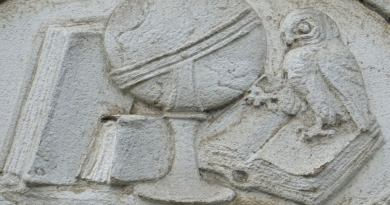 Symbole nauki - płaskorzeźba z fasady budynku V LO przy ul. Polanki w Gdańsku