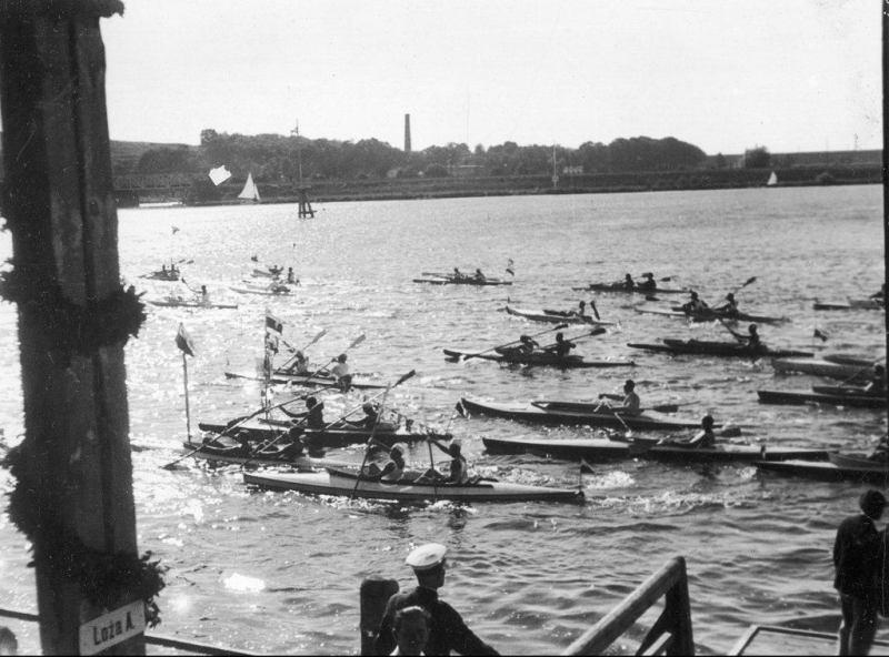 """Uczestnicy spływu """"Przez Polskę do Morza"""" w Bydgoszczy. 1933 rok. Źródło: Narodowe Archiwum Cyfrowe."""
