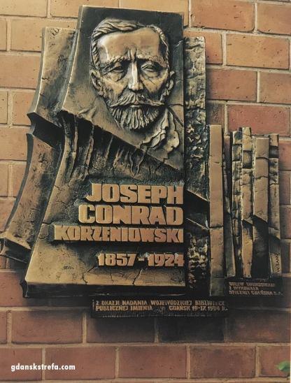 Tablica w hallu WBP, zdj. Zbigniew Treppa.