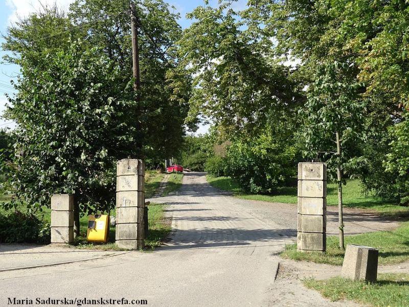 Jankowo, pozostałość po bramie wjazdowej na teren dawnej szkoły