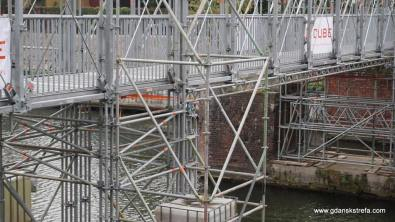 Tymczasowy most oparty na filarach dawnego mostu Rogoźników.