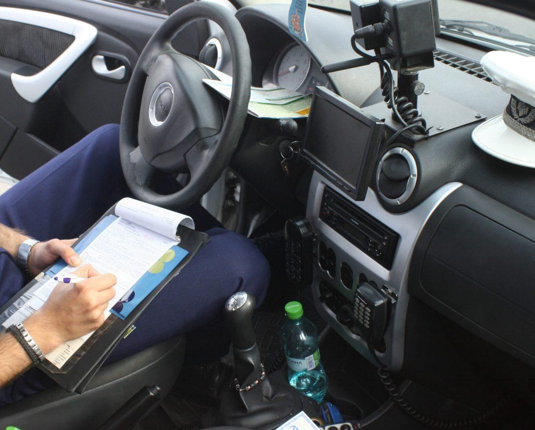 Cei doi şoferi au fost acuzaţi că au încercat să ofere mită poliţiştilor de la Rutieră.