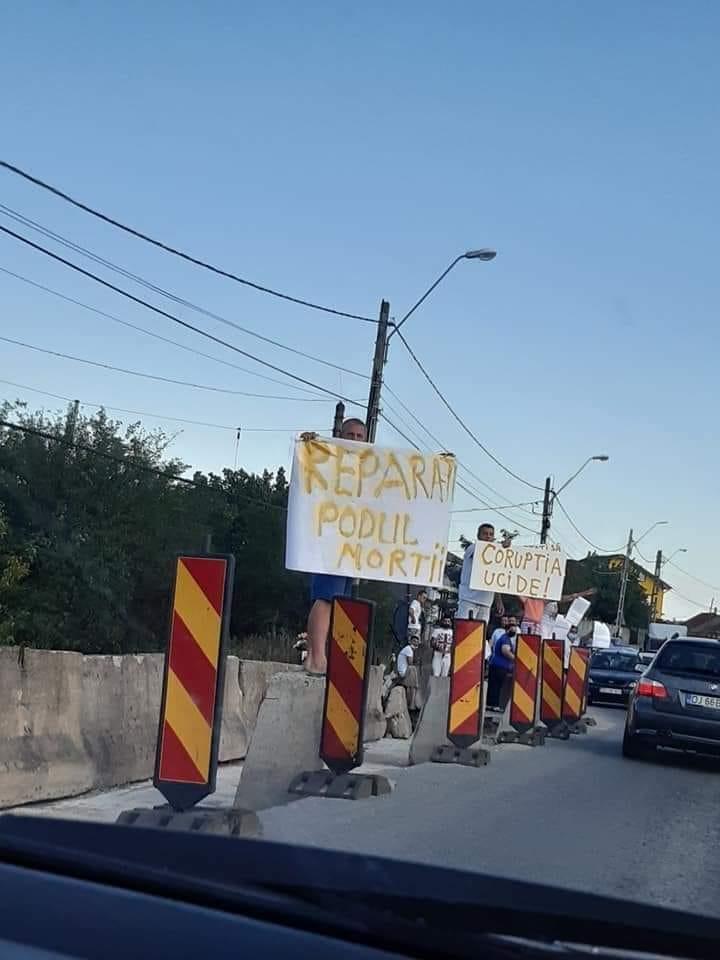 Protes pe podul din localitatea Malu Mare/foto:pagina Facebook-Dita Ady