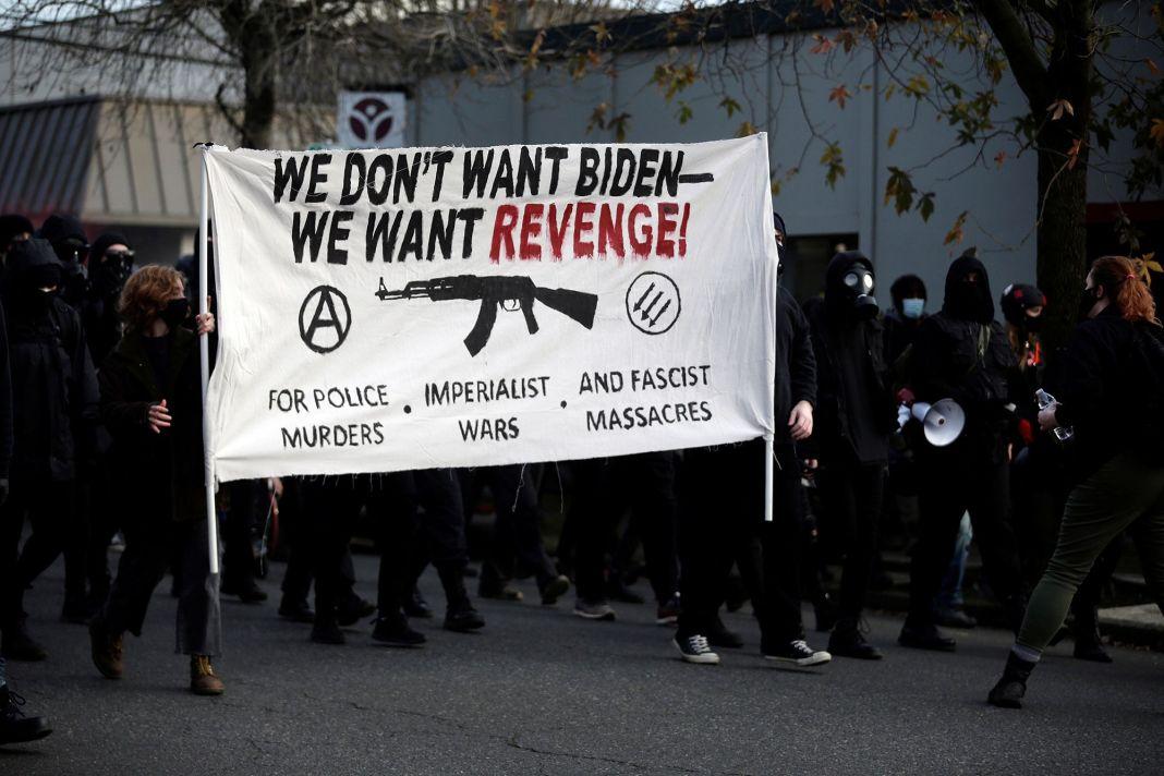 Proteste violente și încăierări cu poliția în Portland şi Seattle