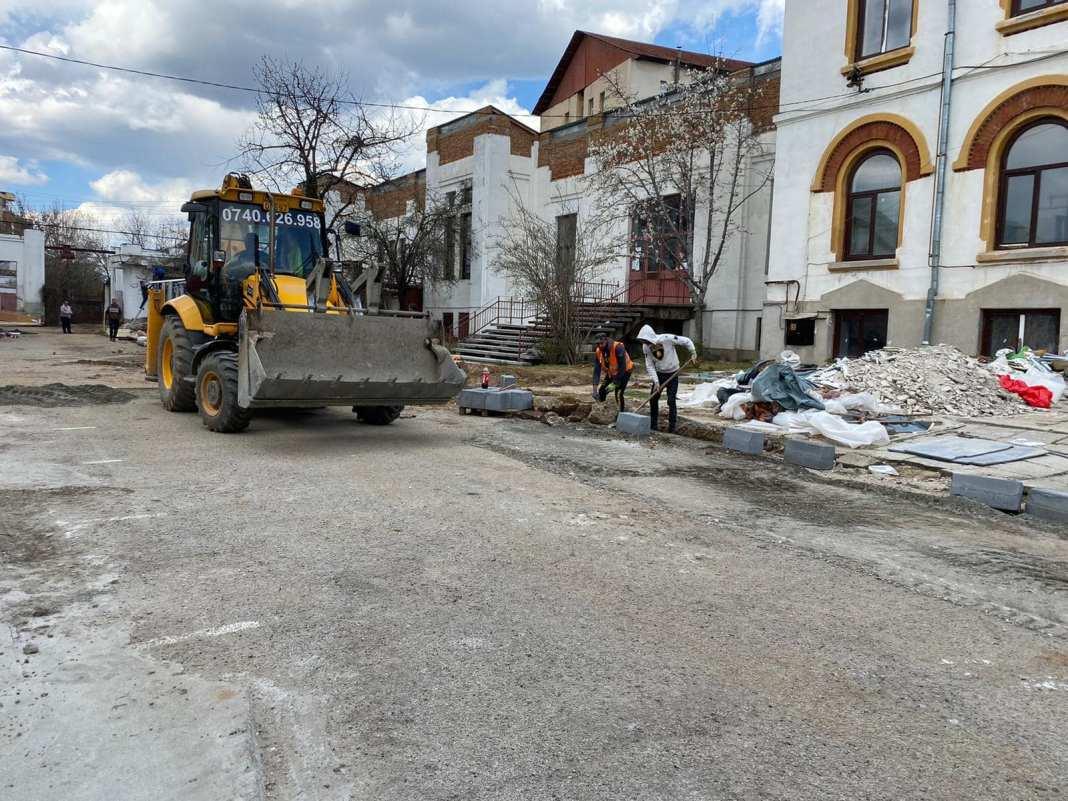 Pe terenurile din incinta a trei școli din Craiova vor fi amenajate baze sportive
