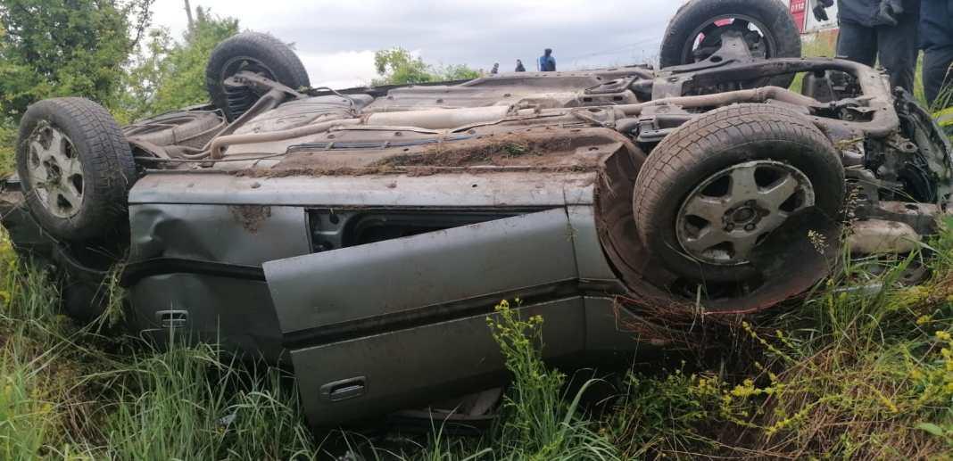 Mașină răsturnată în Bălcești. Cinci persoane au ajuns la spital