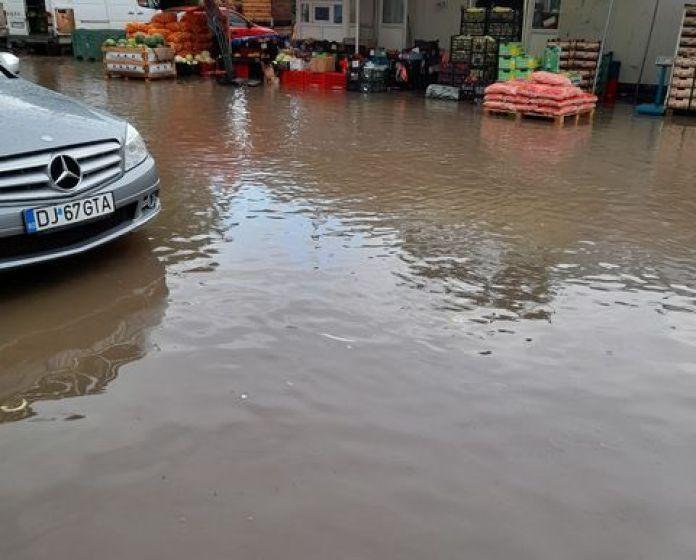 În timp ce toţi factorii de decizie din Craiova se aflau la şedinţa ordinară a Consiliului Local, ploaia făcea ravagii pe străzile din municipiu