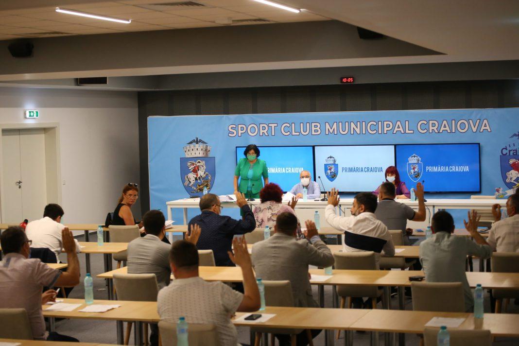 """Consiliul Local Craiova a aprobat trecerea unui teren de sport şi a unei săli de sport din administrarea Liceului """"Ştefan Odobleja"""" în administrarea Liceului """"Voltaire"""". Proiectul a generat, ca de fiecare dată, discuţii aprinse."""
