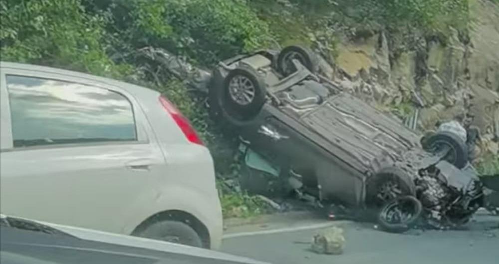 Un șofer din Craiova a intrat cu mașina într-o stâncă din Defileul Jiului