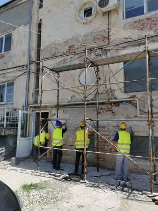 La reabilitarea clădirilor IML Craiova se lucrează de două luni. La corpul de clădire din partea dreaptă a curții s-au finalizat deja lucrările exterioare.