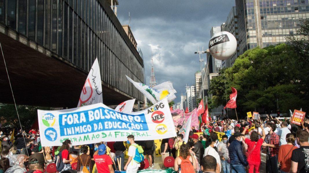 Zeci de mii de brazilieni cer demiterea președintelui Bolsonaro