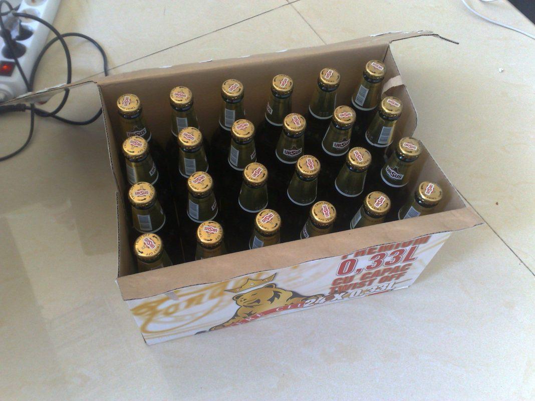 Bărbații locuiesc lângă depozitul de bere și ar fi obișnuit sa sustragă berea cu ajutorul unui tomberon