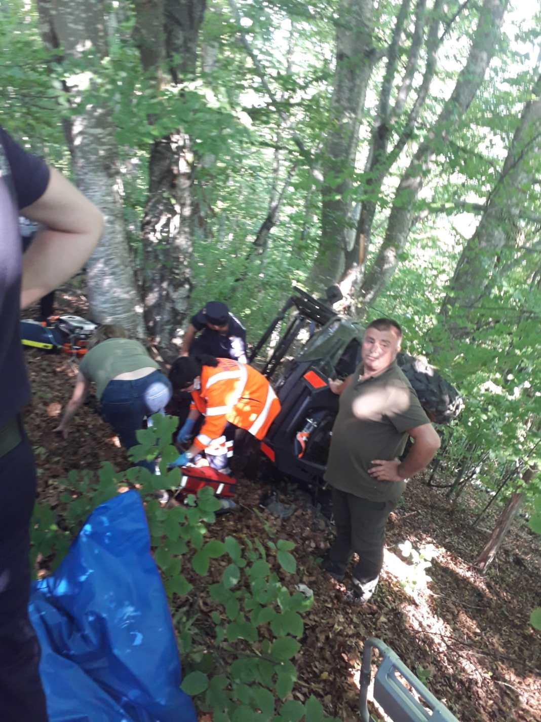 A fost salvat după ce s-a răsturnat cu ATV-ul într-o râpă