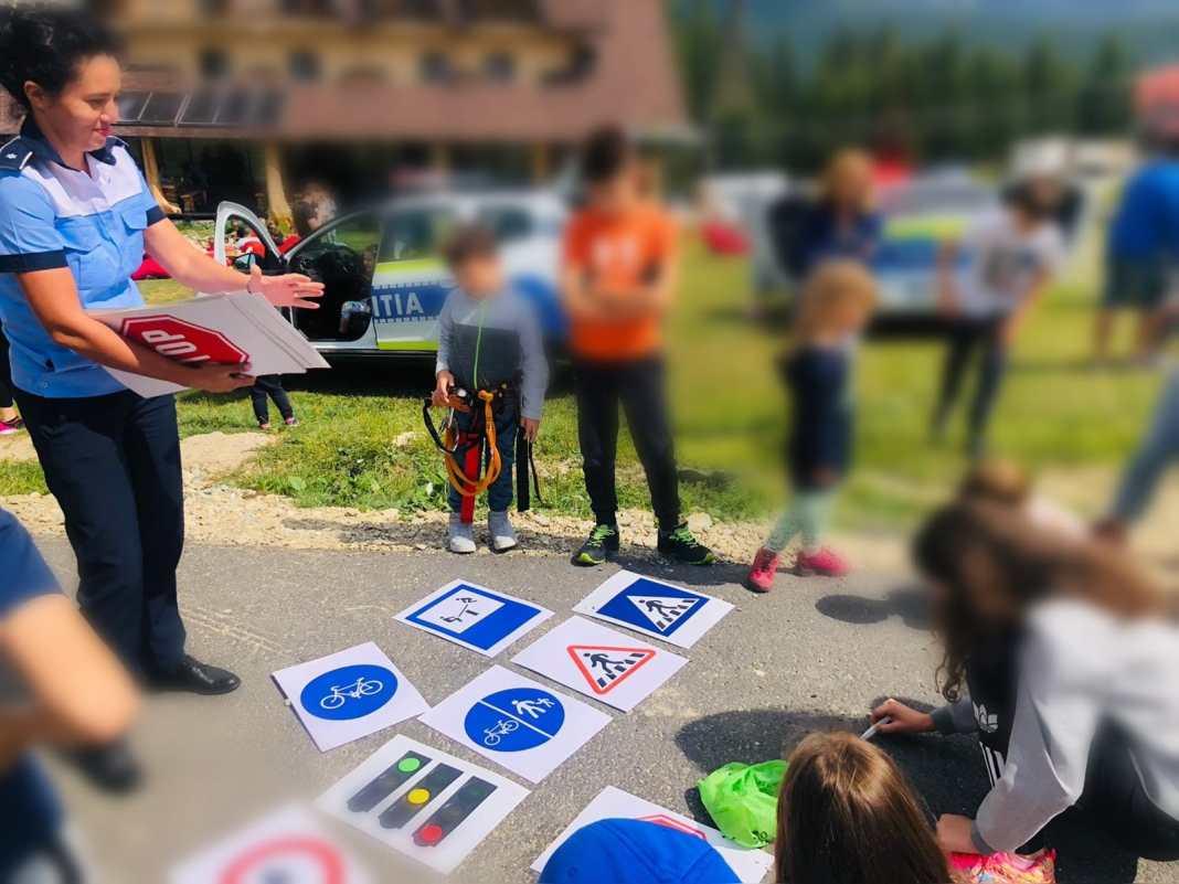 Poliţiştii au organizat jocuri interactive cu tematică rutieră