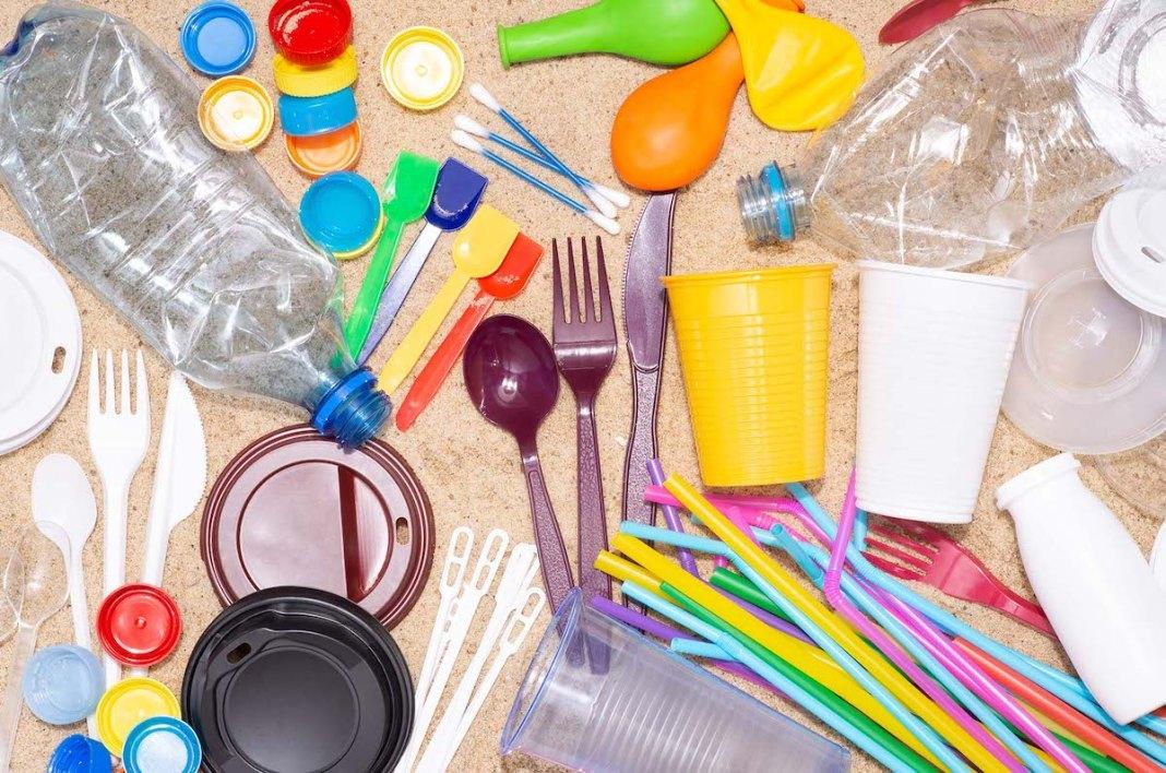 Farfuriile, tacâmurile şi paharele din plastic, interzise în România