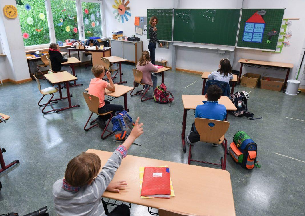 Elevii vor încep şcoala pe 13 septembrie şi vor avea trei vacanţe