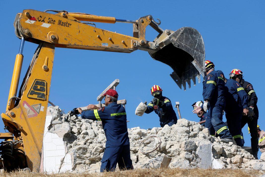 Un muncitor a murit după ce biserica în care lucra s-a prăbuşit în urma puternicului seism care a zguduit luni insula Creta Foto: REUTERS/Stefanos Rapanis)