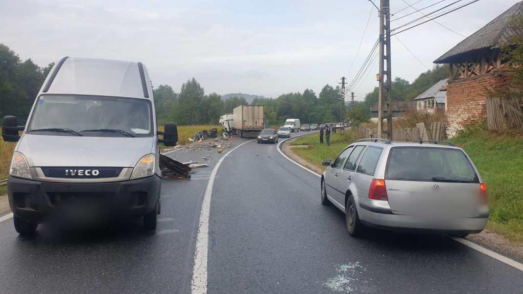 O persoană a fost rănită, în urmă cu puțin timp, în urma unui accident rutier în care au fost implicate trei autoturisme, în Slătioara