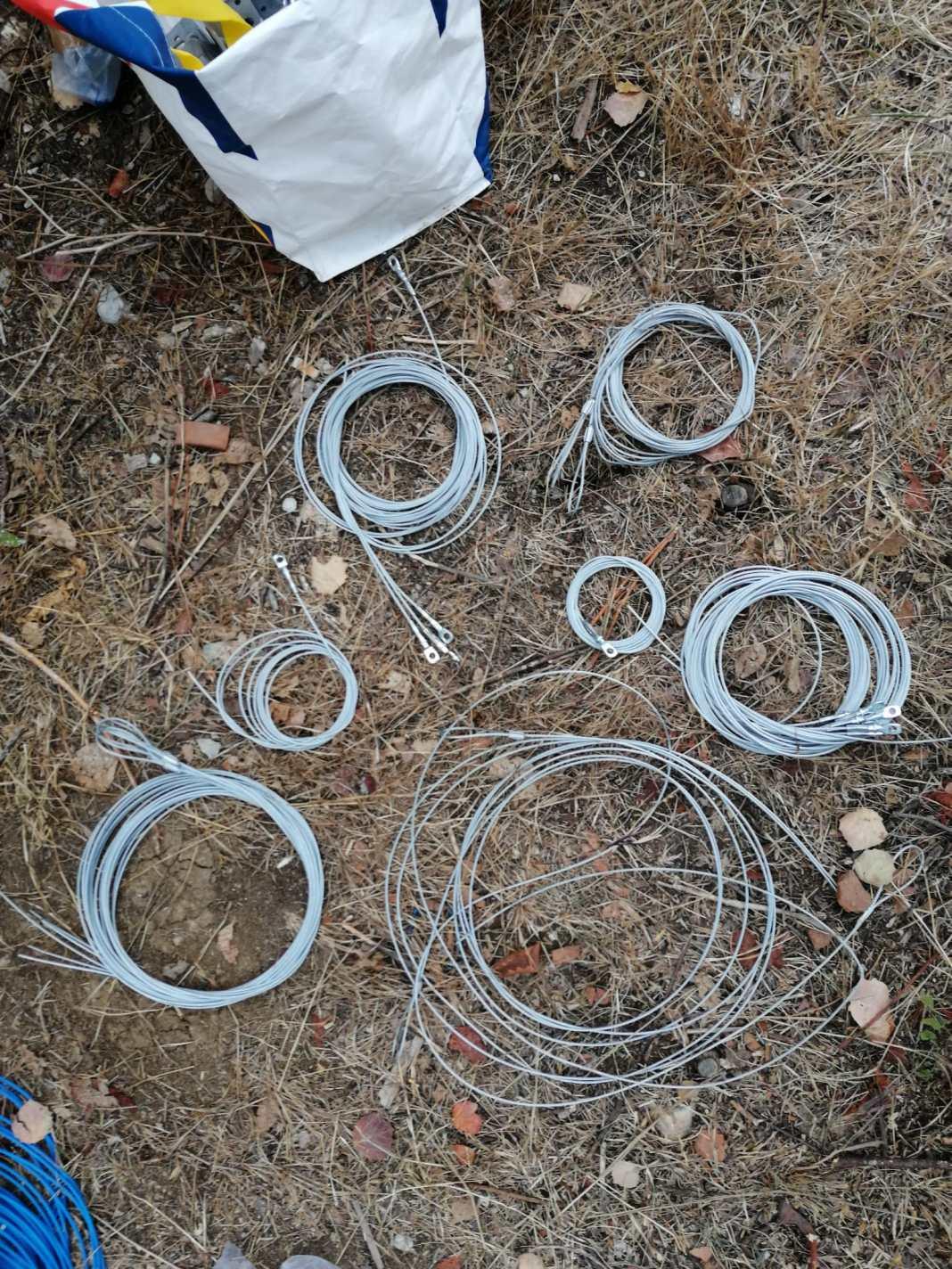 În urma perchezițiilor au fost identificate și ridicate 32 de capcane neautorizate - tip laț