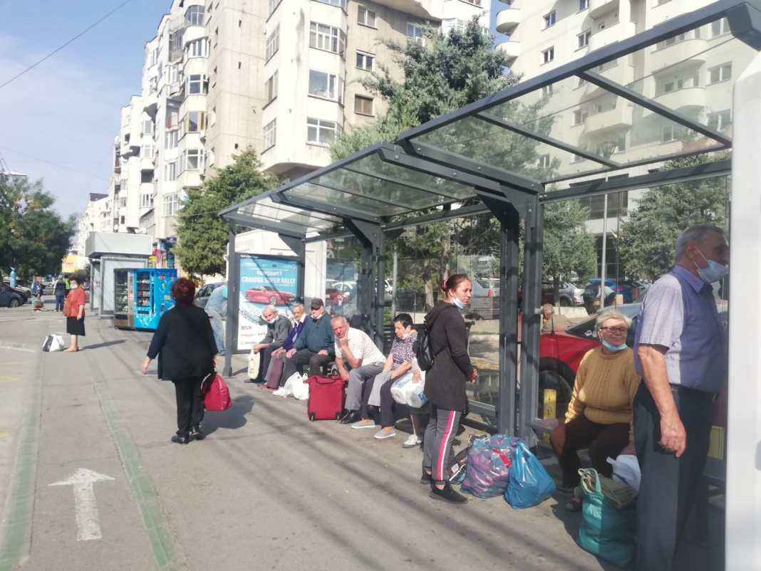 În staţiile de autobuz din Craiova, oamenii uită de mască