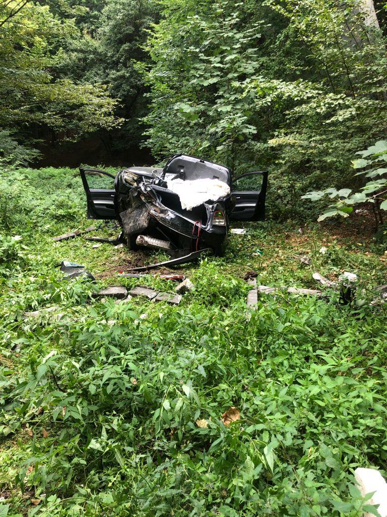 Un autoturism a căzut de pe un pod, de la aproximativ 20 de metri înălţime