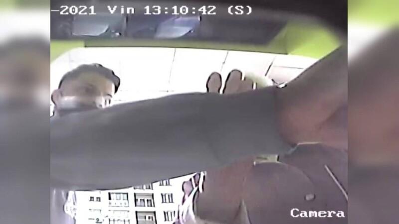 Două persoane, căutate de poliţie după ce au luat 900 de lei uitaţi de o femeie la bancomat