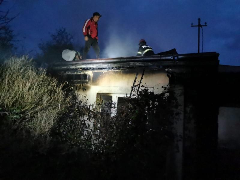 O femeie și fiica ei, salvate în ultimul moment dintr-o casă cuprinsă de flăcări