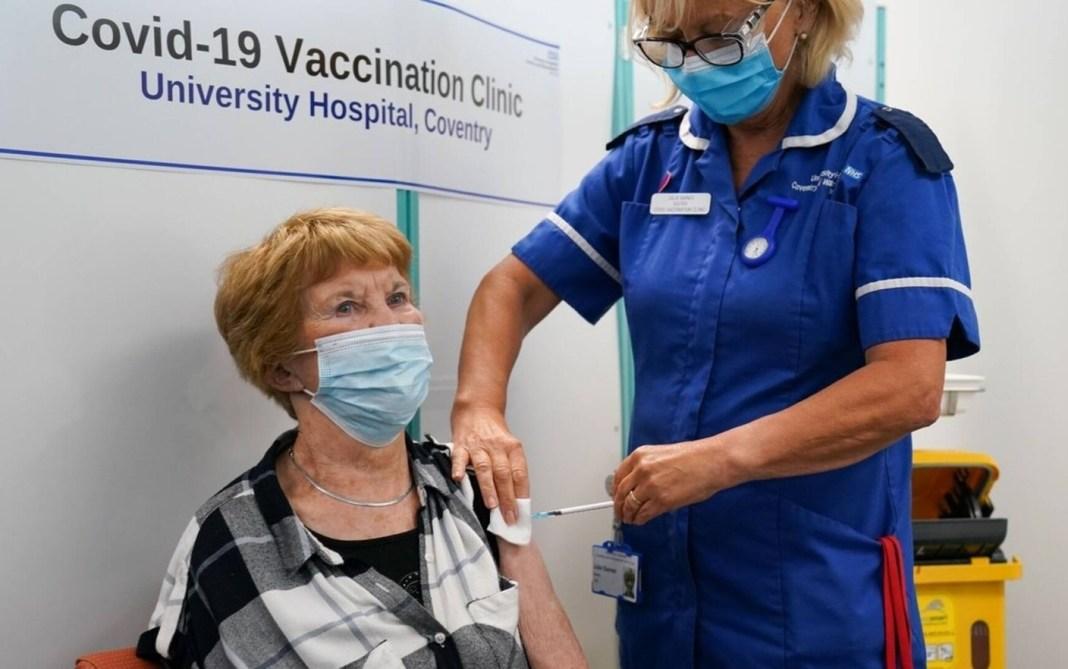 Prima persoană din lume, vaccinată anti-Covid cu Pfizer, a primit a treia doză