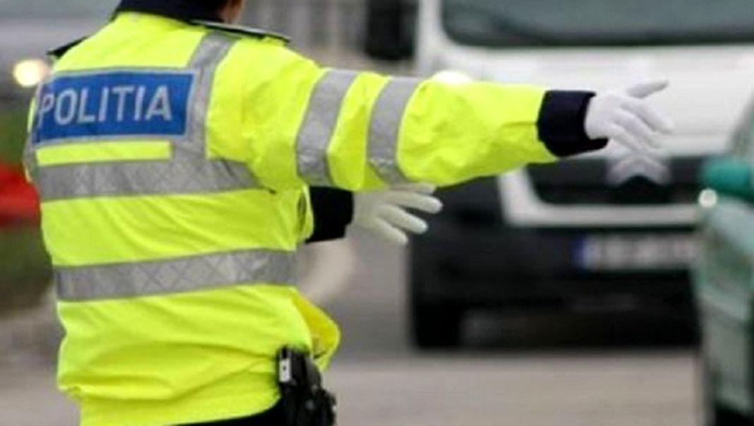 Gorj: Un șofer cu permisul auto suspendat a intrat cu mașina într-un copac