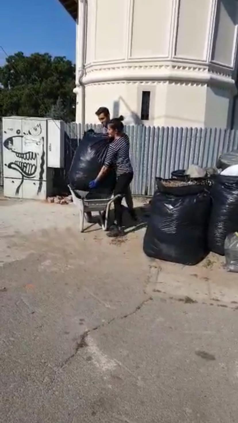 Au aruncat gunoiul pe domeniul public şi au fost amendaţi