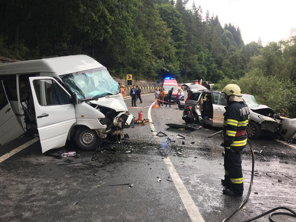 Accident cu 13 răniţi pe DN 15, unde un microbuz s-a tamponat cu o maşină