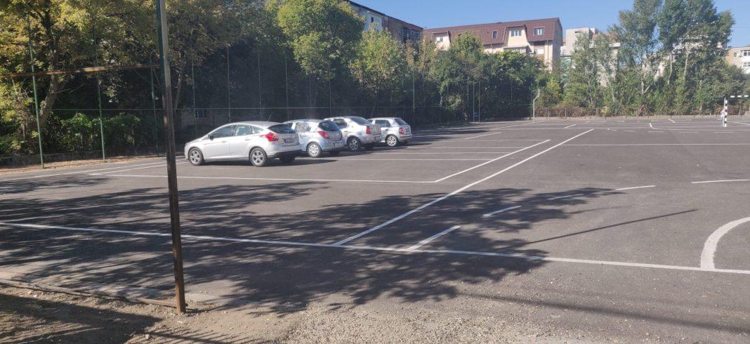 Teren de sport al unei şcoli din Craiova, pe post de parcare pentru maşini