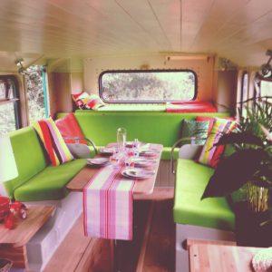 Un bus à impériale transformé en hôtel mobile